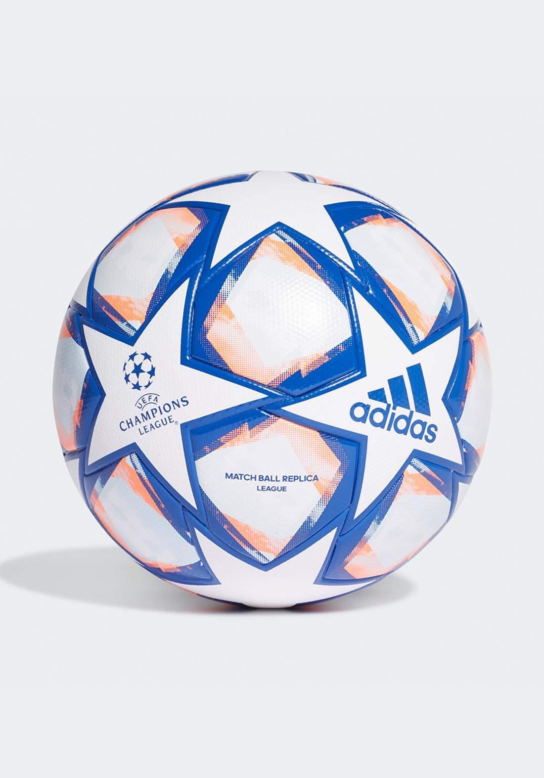 كرة قدم بيضاء اللون من أديداس