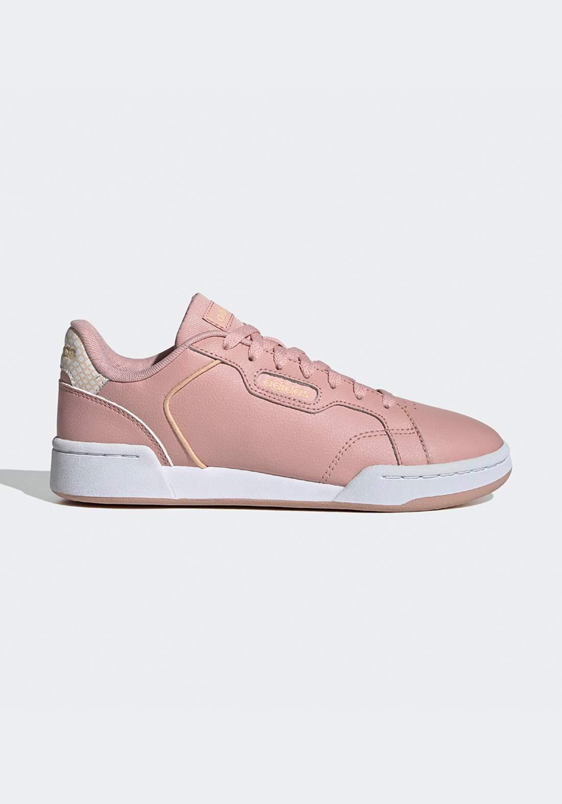 حذاء رياضي نسائي وردي اللون من أديداس