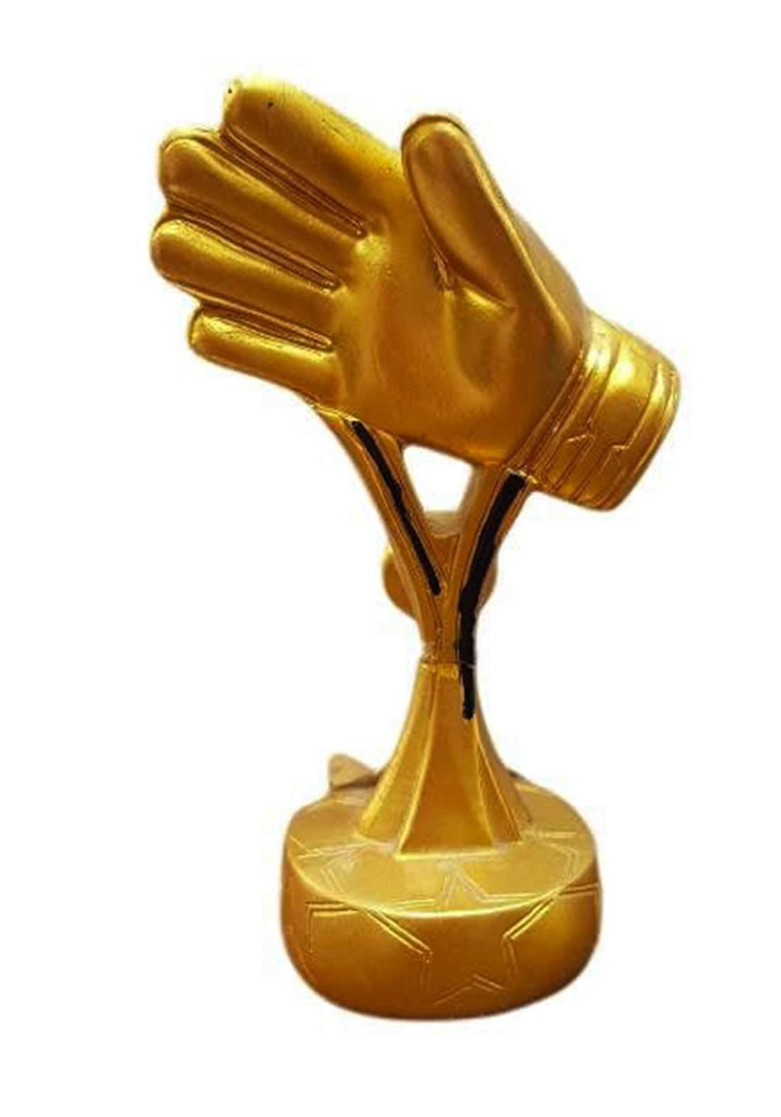 قفاز ذهبي للذكرى بشكل مبتكر يشابه جائزة افضل حارس مرمى في كاس العالم من فيفا