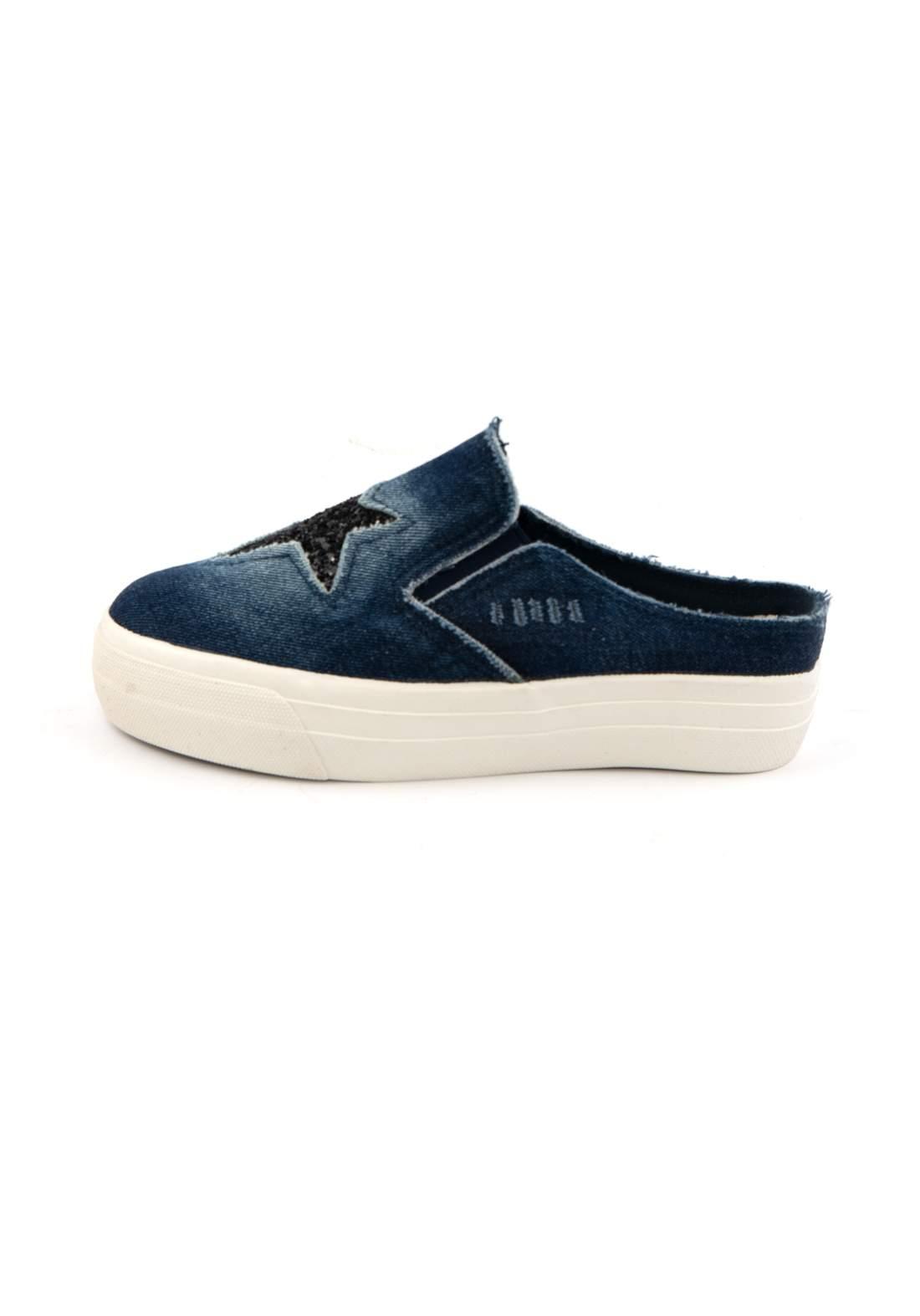 حذاء نسائي رياضي جينز نيلي اللون