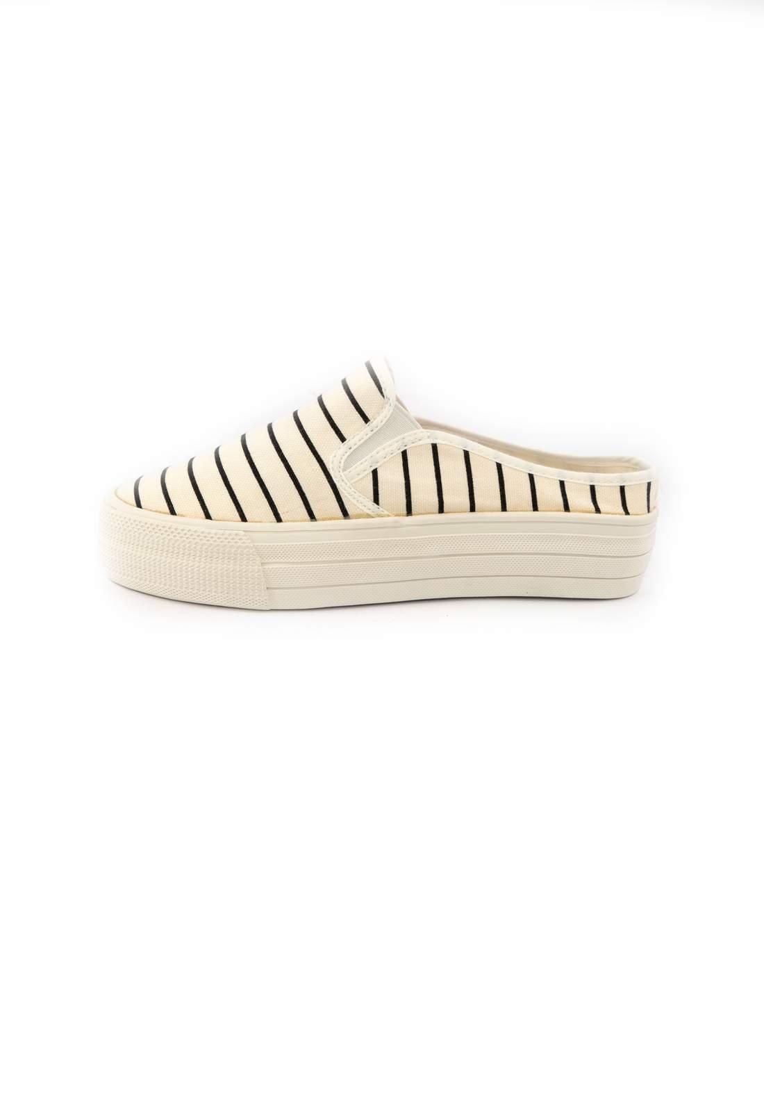حذاء نسائي قماش أبيض اللون