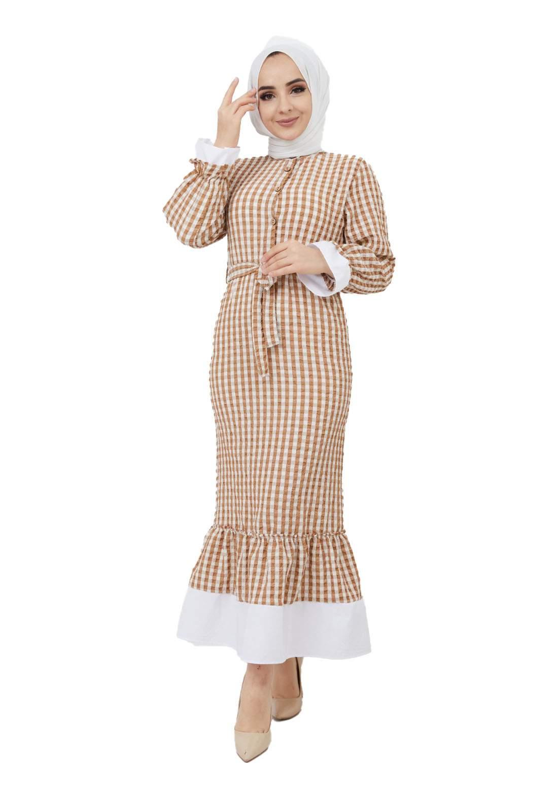 فستان نسائي بني وأبيض اللون