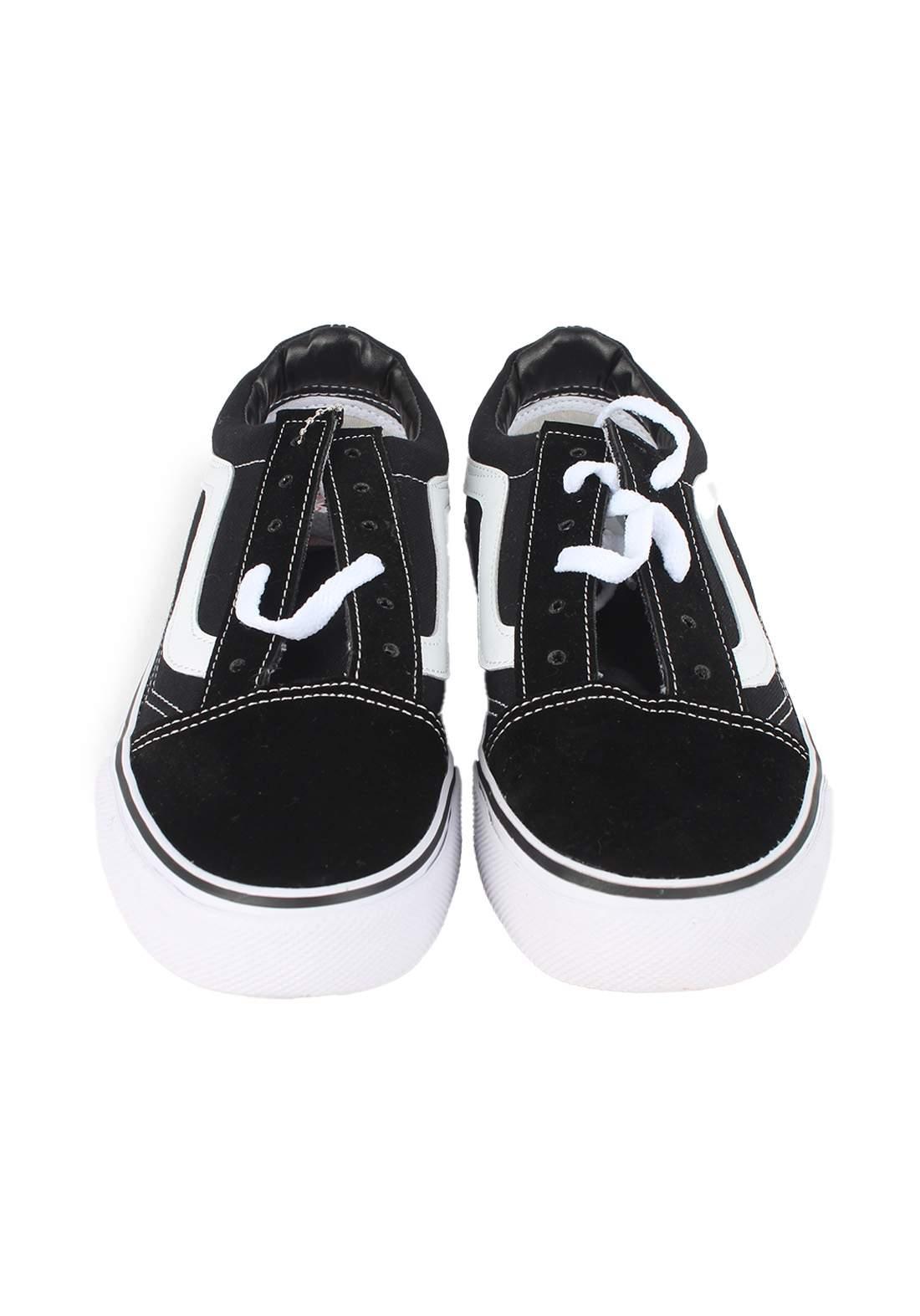 حذاء رياضي اسود اللون