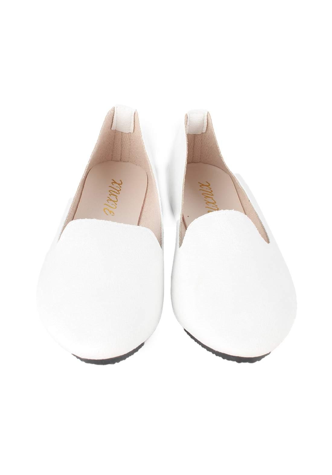 حذاء نسائي فلات ابيض اللون