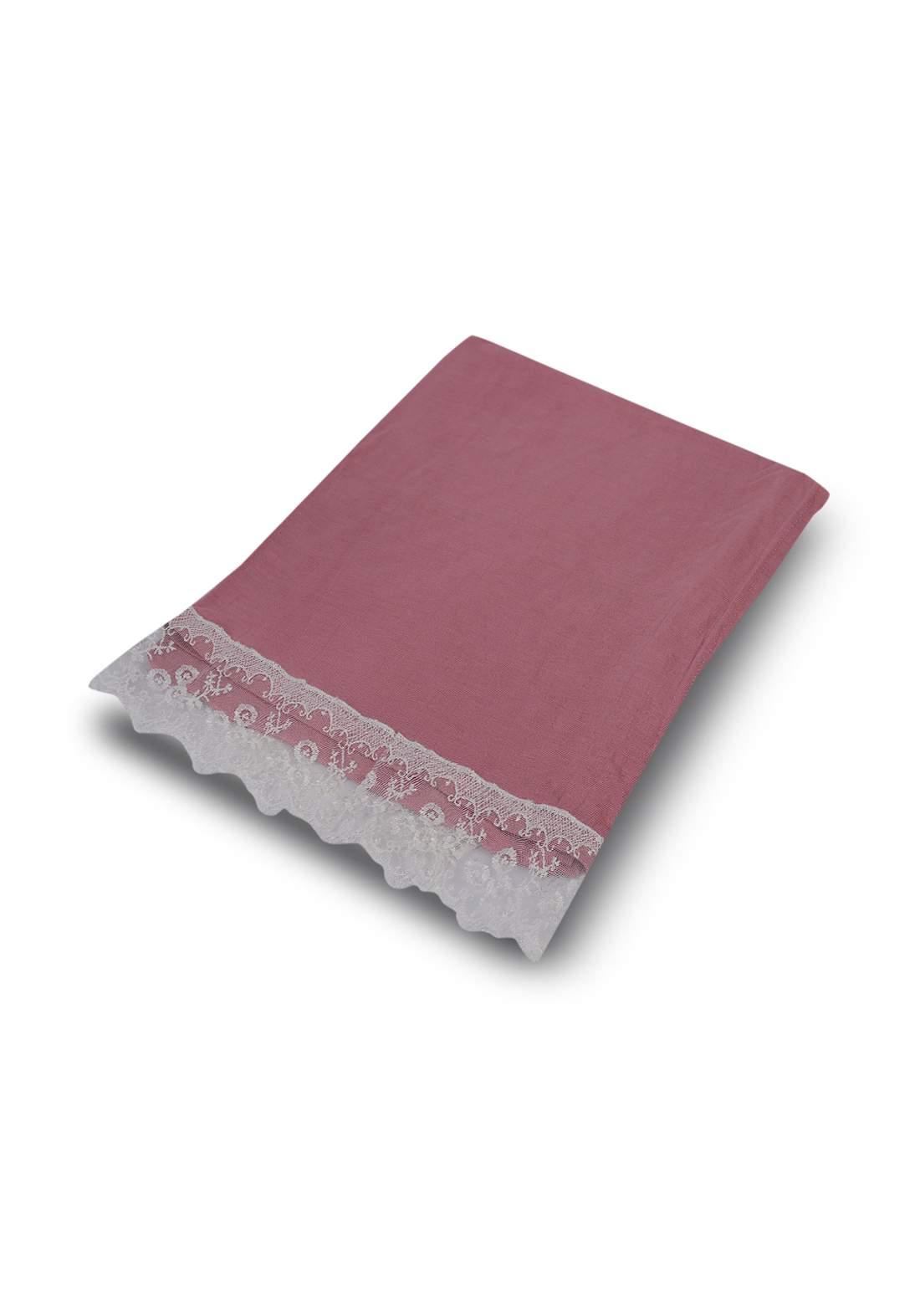 شيلة بحواف من الدانتيل وردي اللون